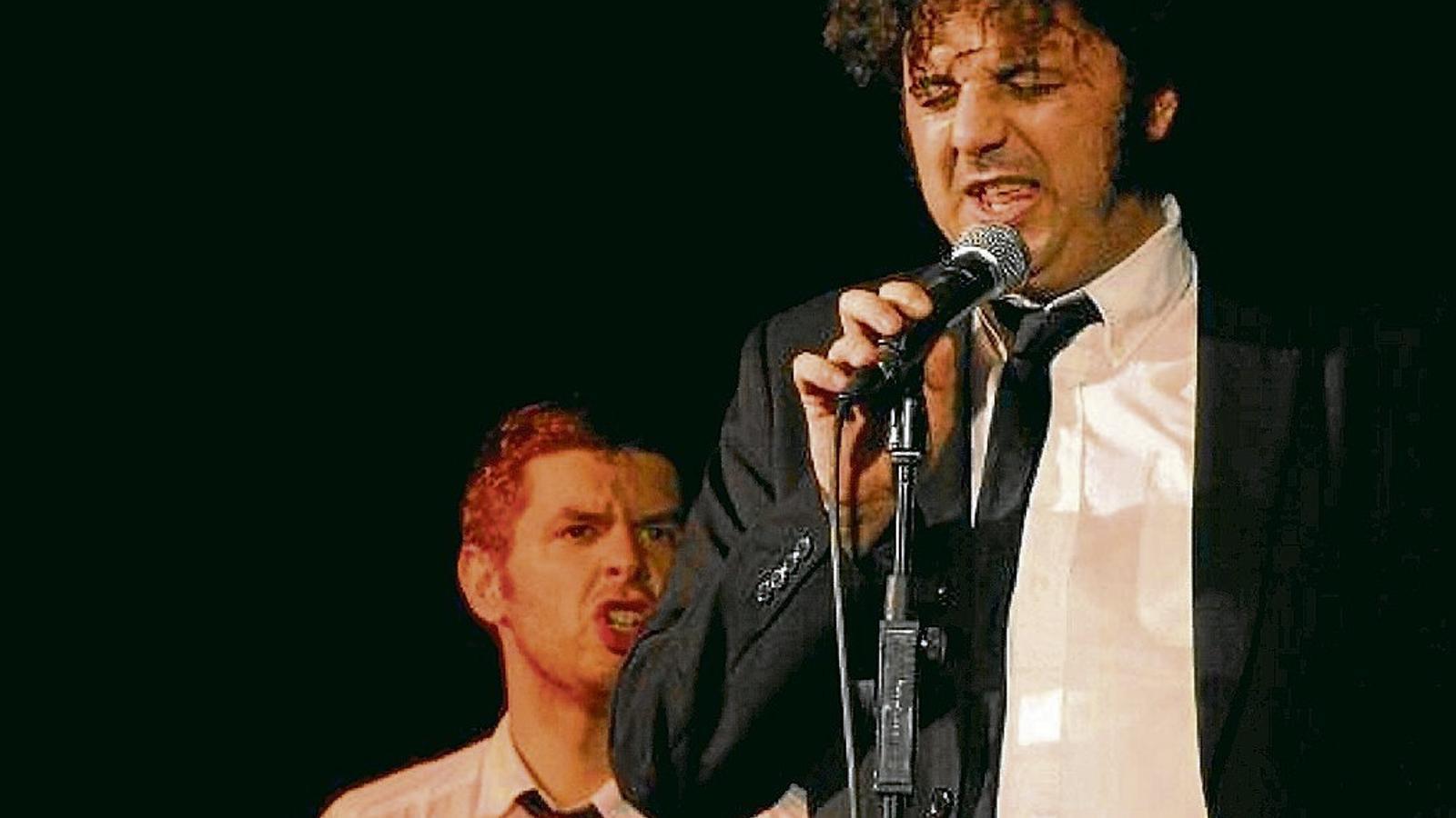 Andreu Van den Eynde, tocant la guitarra, i Oriol Fernàndez Massot, cantant, durant una actuació de President Blutarsky.