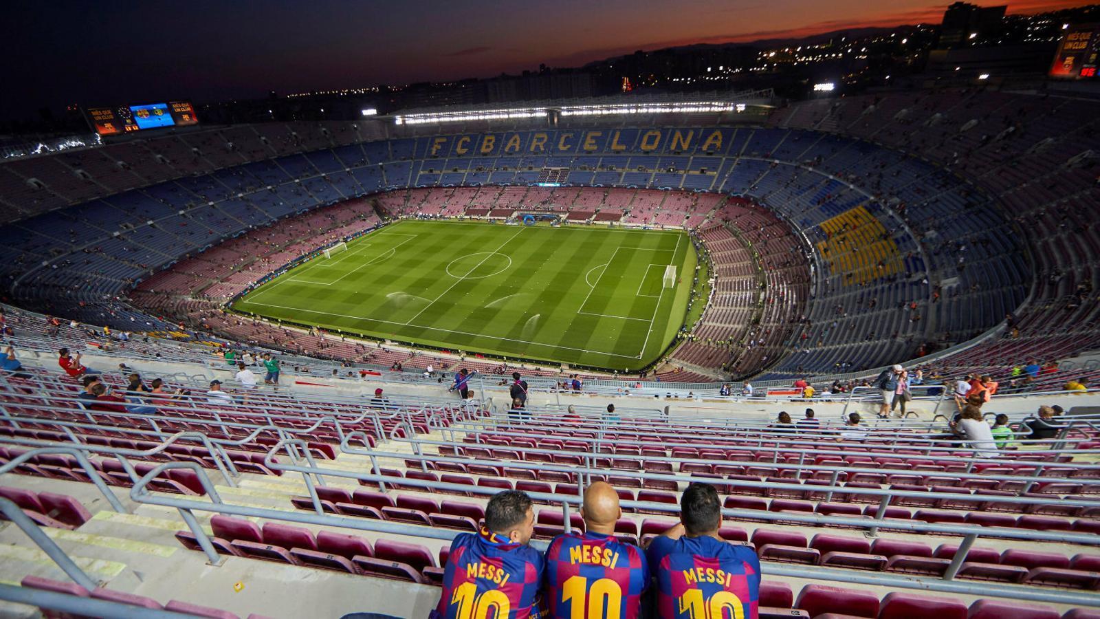 Tres aficionats abans d'un partit al Camp Nou.