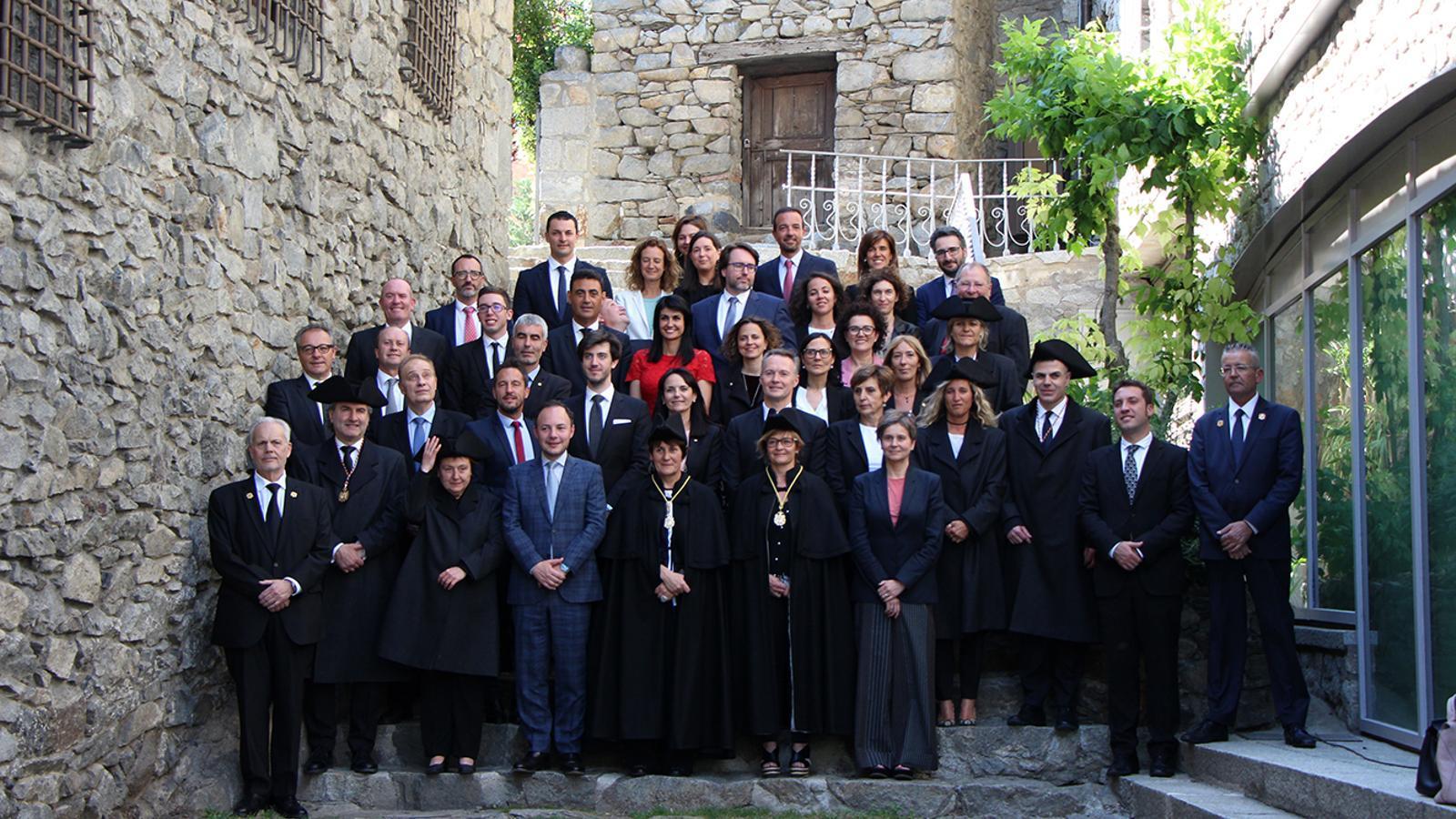 La foto de família amb el Govern i els nous consellers generals. / M. M. (ANA)