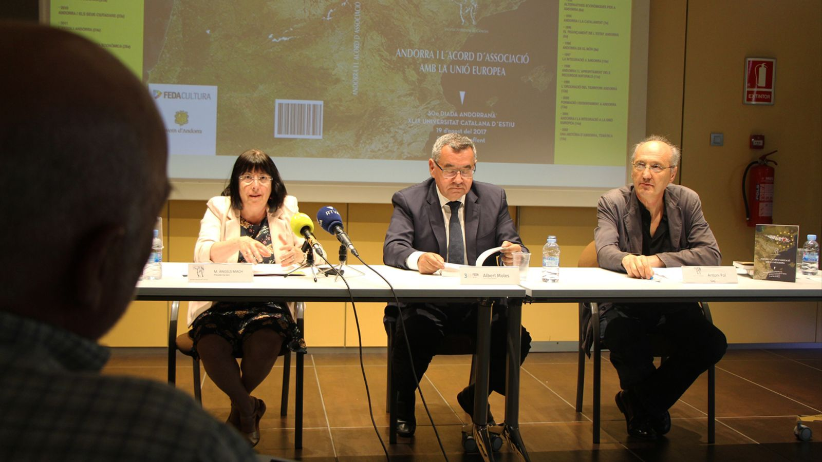 La presidenta de la Societat Andorrana de Ciències (SAC), M. Àngels Mach; el director general de FEDA, Albert Moles, i Antoni Pol, de la SAC, en un moment de la presentació del llibre 'Andorra i l'acord d'associació amb la Unió Europea'. / L. M. (ANA)
