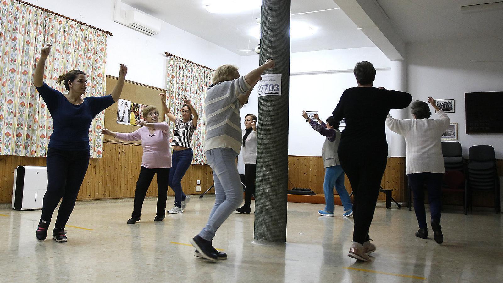 ELS DIMARTS DE BALL La música canvia i es passa dels boleros del ball de bot a les danses que es ballen d'aferrat, i també a d'altres ritmes lleugers que són propis del ball de saló. L'ambient que s'hi percep és de cordialitat, bon humor i ganes de passar-ho bé plegats.