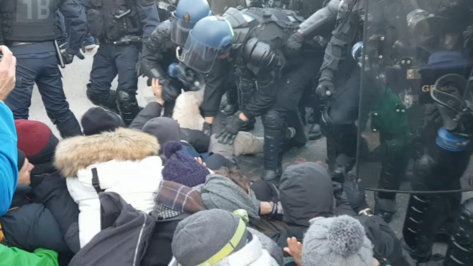 La policia francesa utlitza la tècnica de l'arrencacebes per desallotjar els manifestants