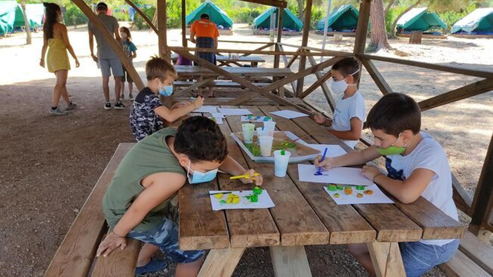 Nins en un campament d'estiu.
