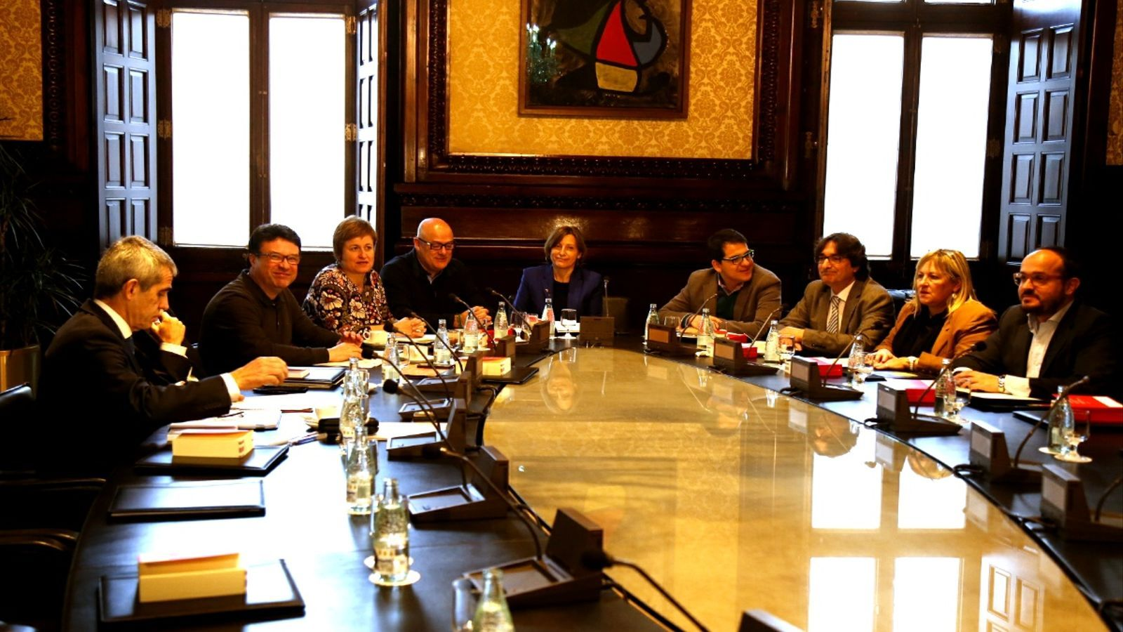 La mesa del parlament admet a tr mit la creaci de les for Mesa parlament