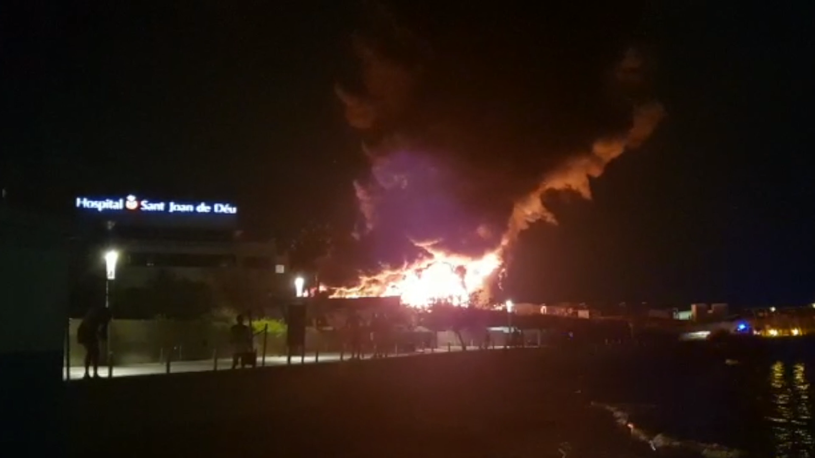 Imatges de l'incendi des d'una platja propera