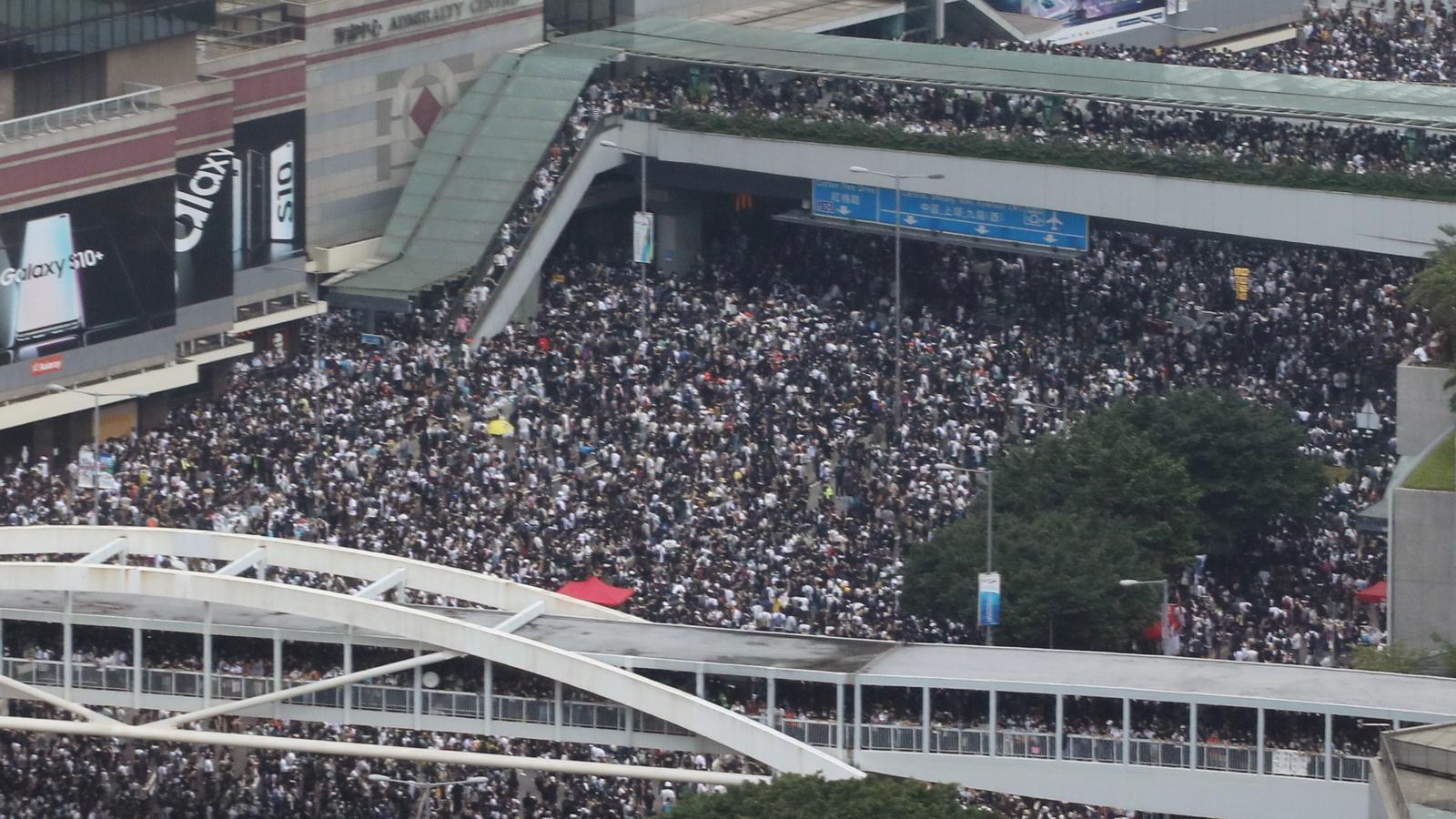 Hong Kong ajorna el debat per l'extradició davant de les massives protestes