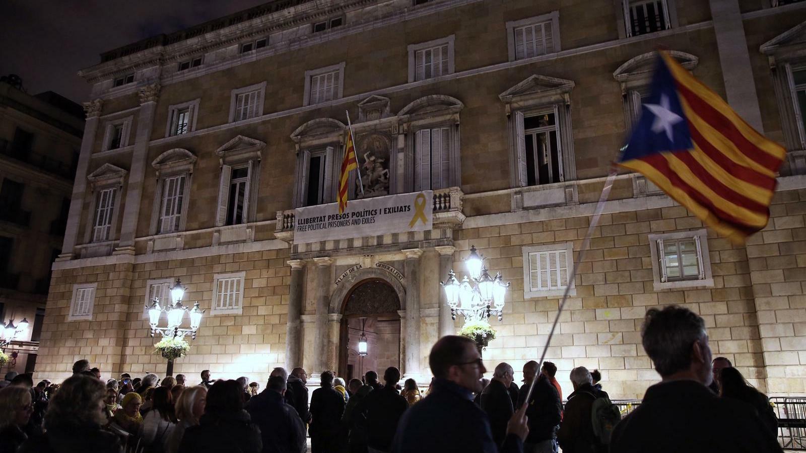 El Palau de la Generalitat, amb la pancarta en suport dels presos, aquest dimecres