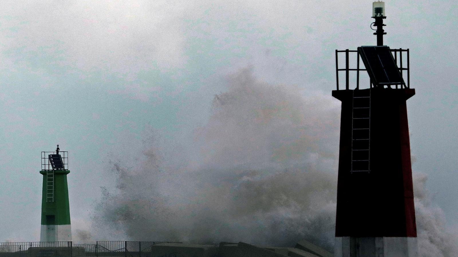 Les ones trenquen aquest dilluns en el port esportiu de Dénia després del pas de la borrasca Gloria