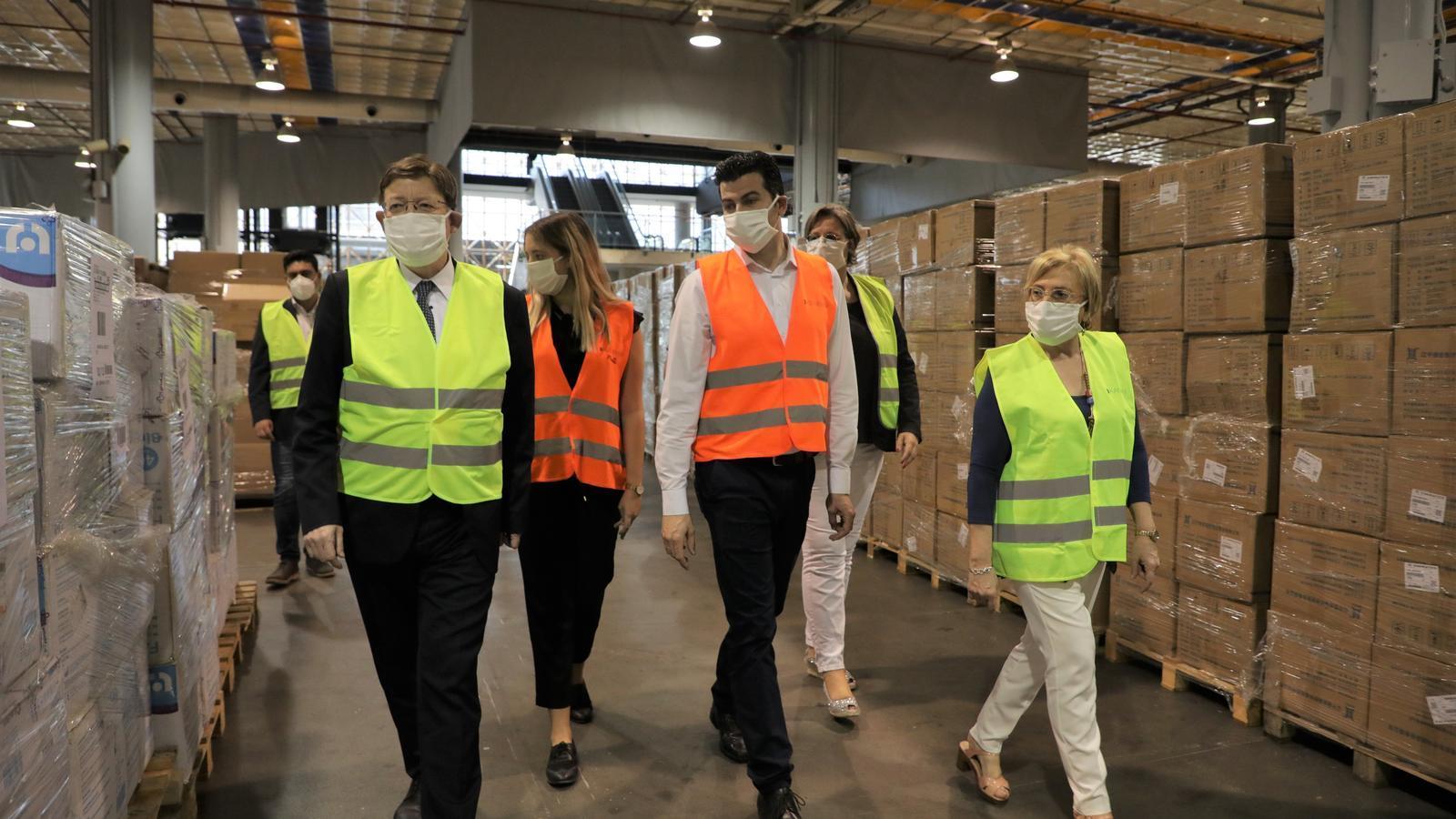 El president de la Generalitat Valenciana, Ximo Puig, i la consellera de Sanitat Universal i Salut Pública, Ana Barceló, durant la seva visita a les instal·lacions de Fira València on s'emmagatzema el material sanitari