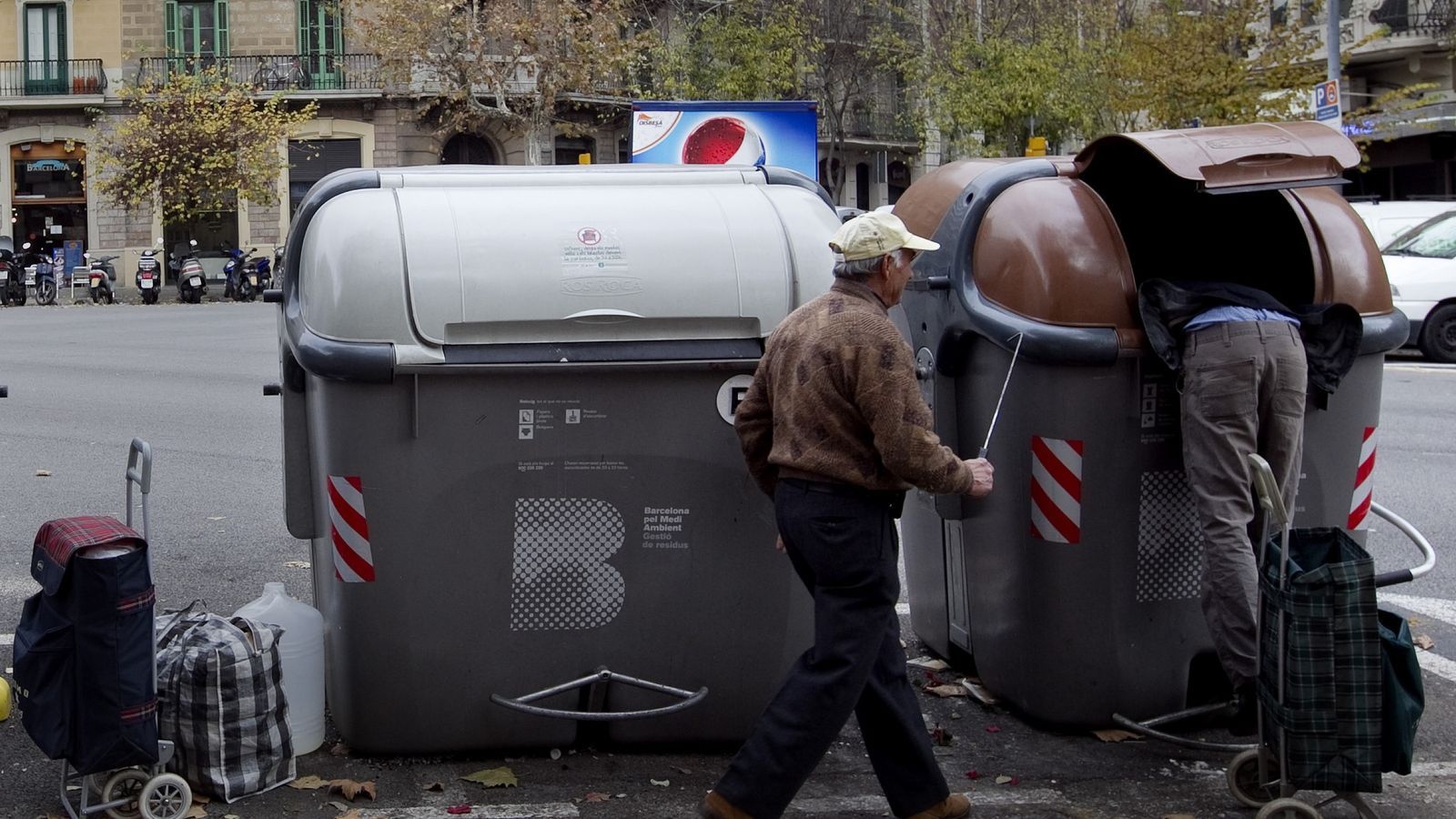 Els efectes de la crisi han provocat que en els últims mesos s'hagin multiplicat les imatges de gent furgant als contenidors.