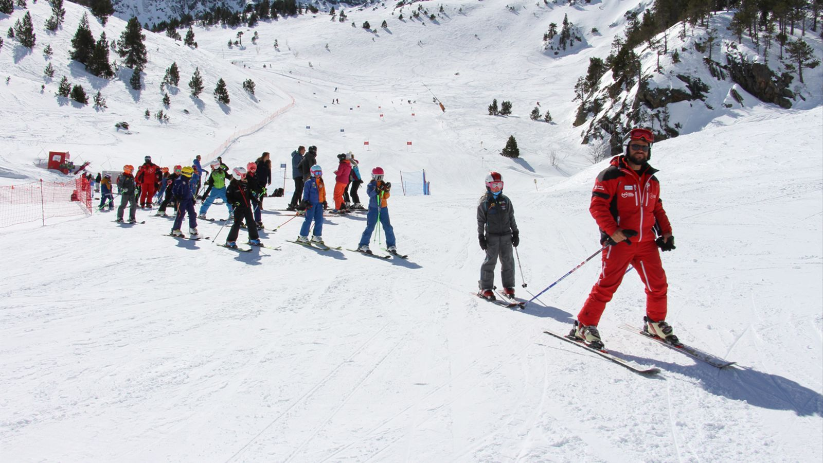 Un monitor de Vallnord imparteix classes a un grup d'infants. / ARXIU ANA