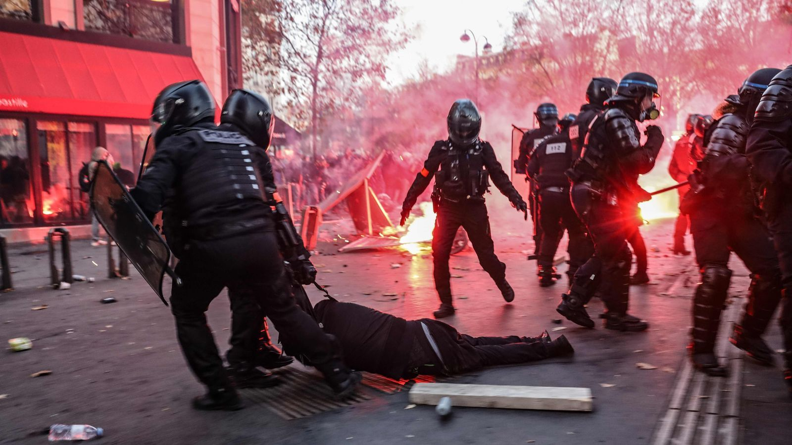 Agents de la policia francesa arrosseguen un manifestant durant les protestes d'aquest dissabte a París contra l'article 24 de la llei de seguretat global