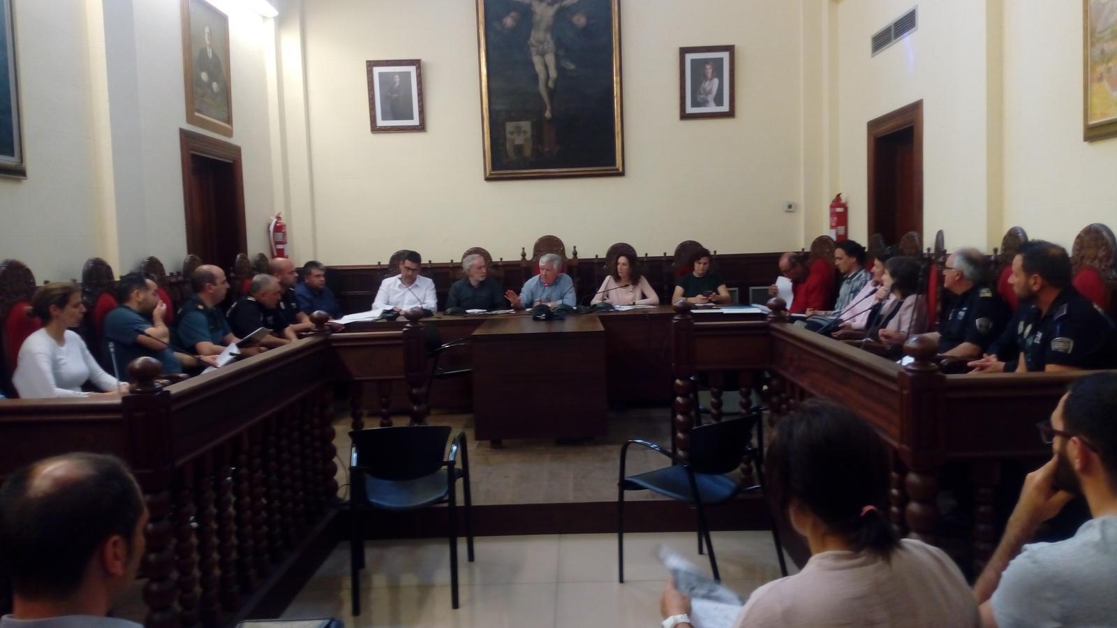 Reunió a la sala de plens de representants polítics, educatius i de forces de seguretat per planificar tots els aspectes de la macrofesta de fi de curs.