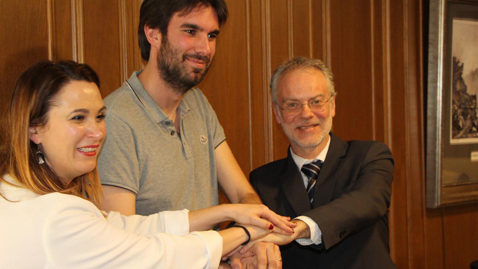 El conseller de Cultura de Sant Julià, Josep Roig; la consellera de Cultura de la Massana, Jael Pozo, i el representant d'Andorra Lírica, Guillem Forné, celebren la formalització del conveni. / M. R. F.