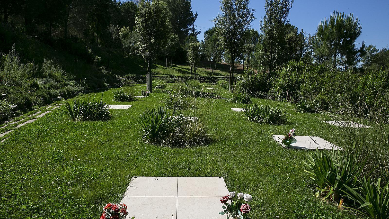 El cementeri de Roques Blanques, al terme municipal del Papiol, en ple parc natural de Collserola
