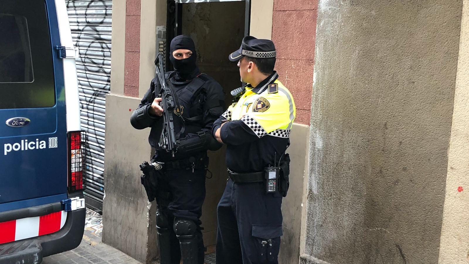 Un agent dels Mossos i un altre de la Guàrdia Urbana en l'operació d'aquesta tarda