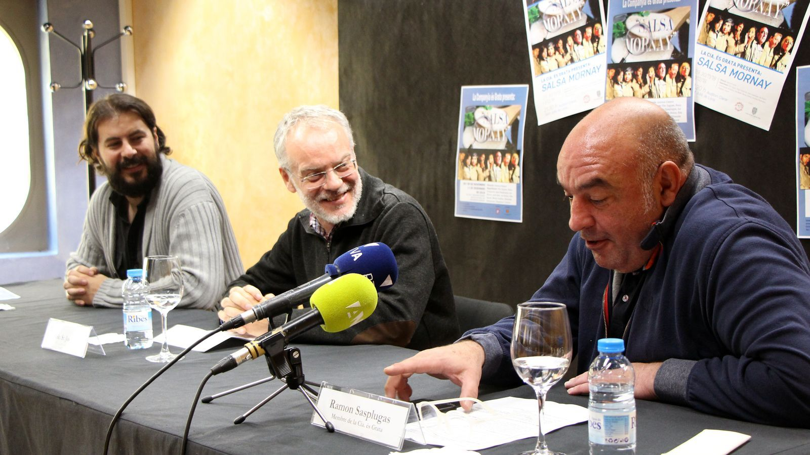 El director de 'Salsa Mornay', Juanma Casero, el conseller de Cultura del comú de Sant Julià, Josep Roig, i el membre de la Companyia és Grata, Ramon Sasplugas, presenten l'obra. / C. G. (ANA)