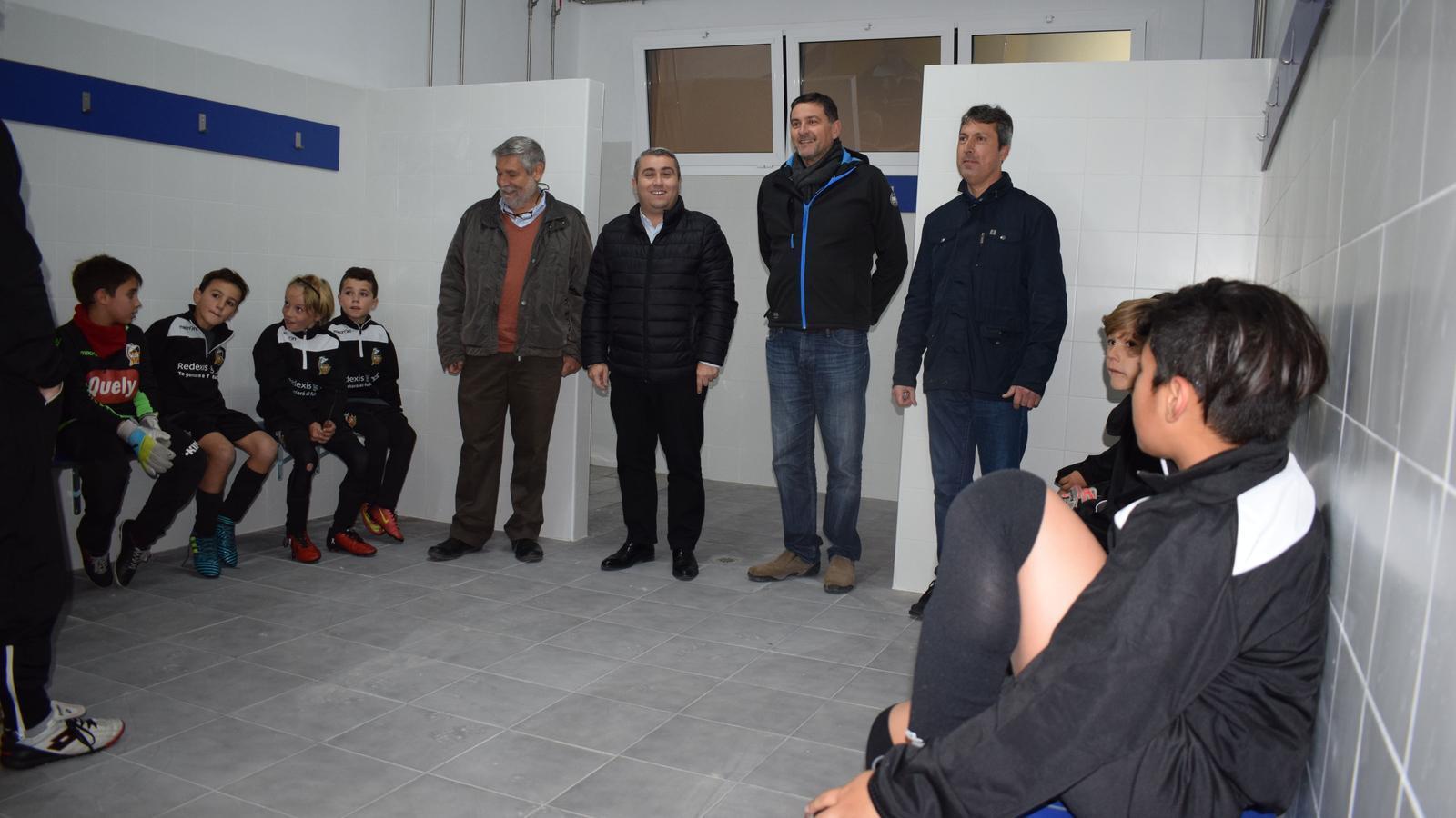 El batle, Virgilio Moreno, i el regidor d'Esports, Gori Ferrà, durant la visita als nous vestidors del poliesportiu Mateu Cañellas.