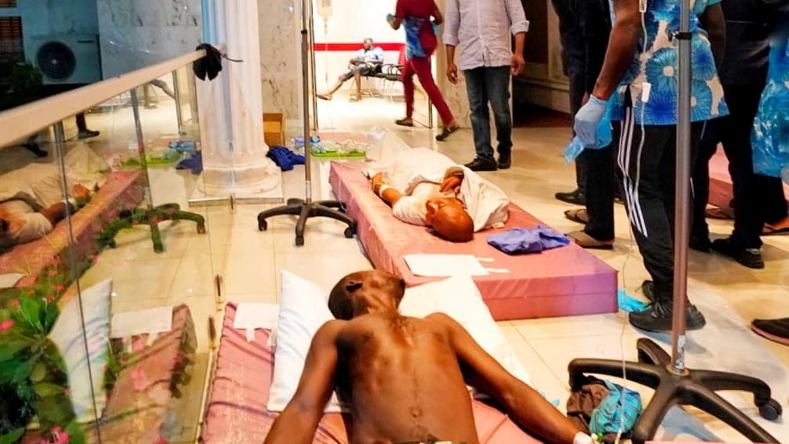 Babajide Sanwo-Olu, governador de l'estat de Lagos, a Nigèria, visita aquest matí de dimecres alguns dels ferits en el titorteig d'ahir a la nit a la ciutat