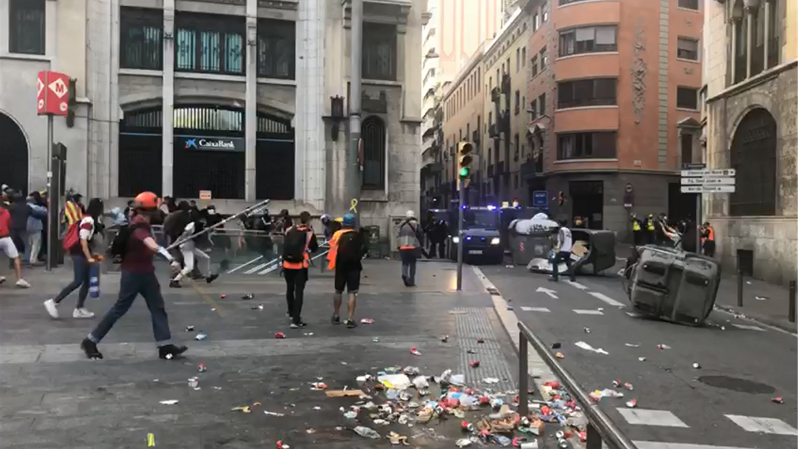 La Policia intenta dispersar els estudiants concentrats a la Via Laietana