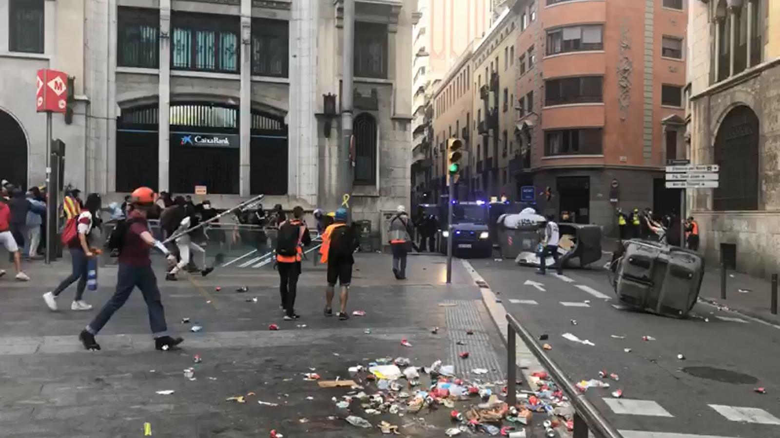 La Policia intenta dispersar els estudiants concentrats a la Via Laietana