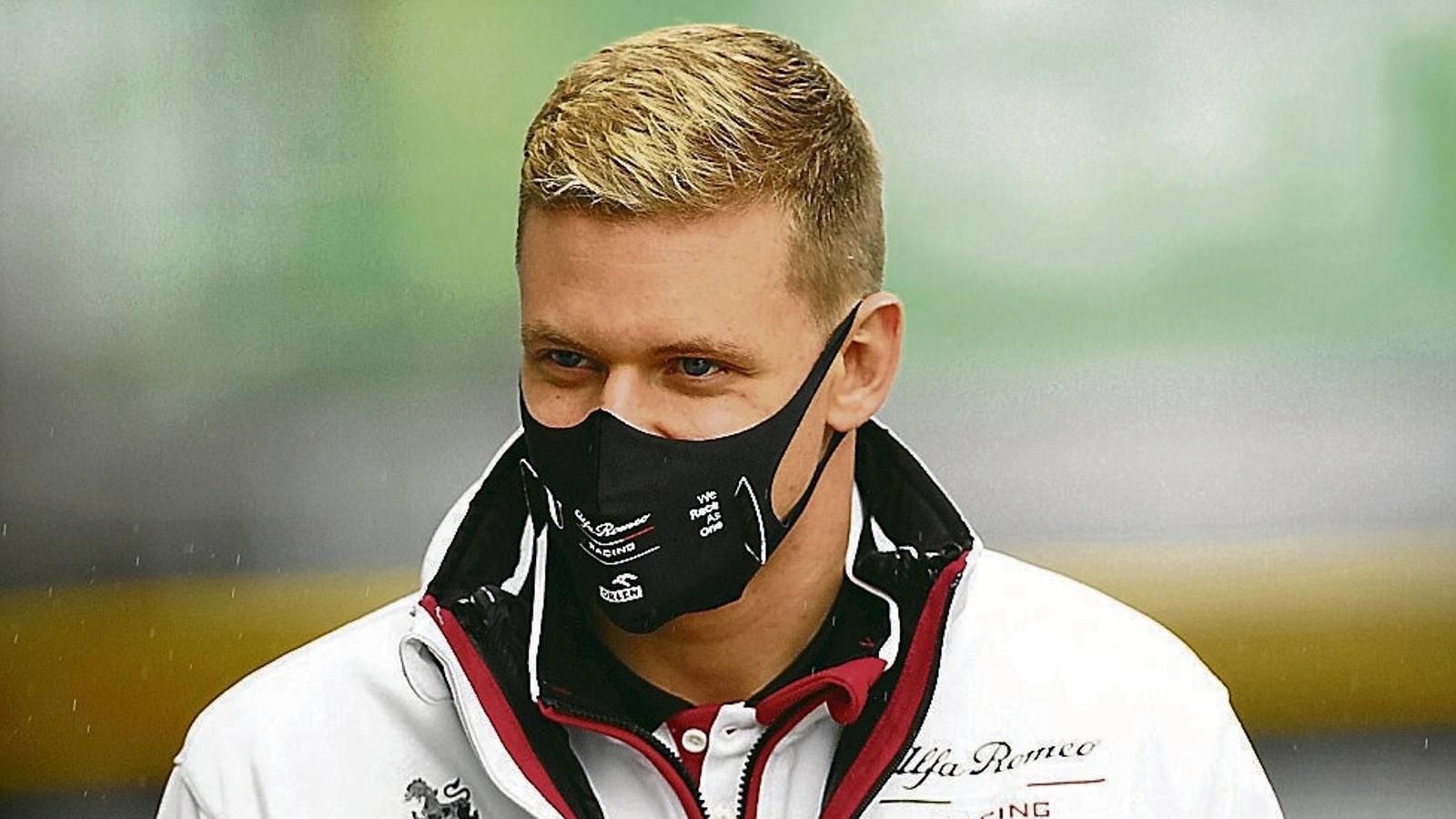 Mick Schumacher passejant-se pel circuit del GP d'Eifel.
