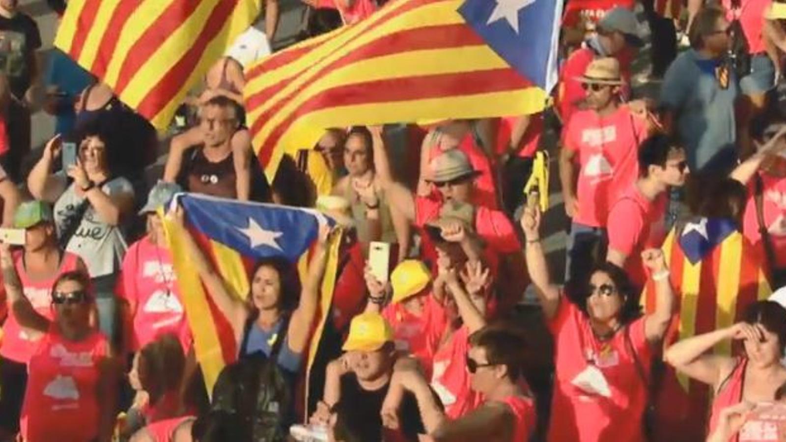 Assistents a la manifestació cantant Els Segadors