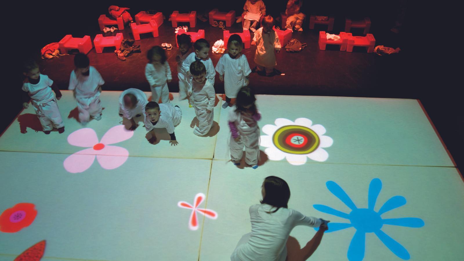 L'espectacle incita els infants a experimentar sensacions amb el fet escènic