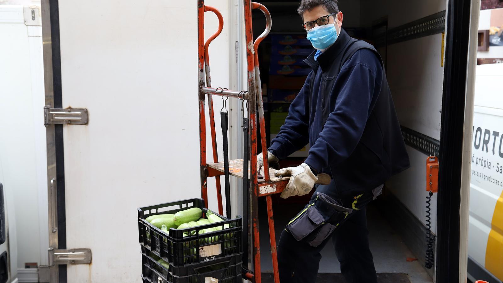 Paco Amat repartint fruita i verdura durant la seva jornada laboral