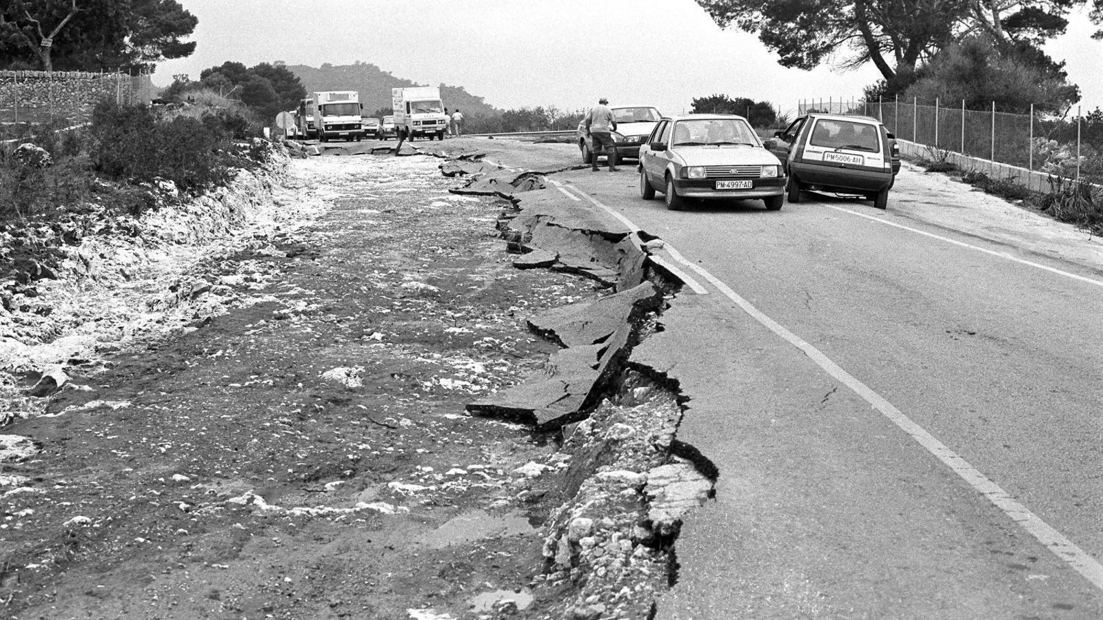 Les destrosses a la carretera dels aiguats del 1989 a Portocolom.