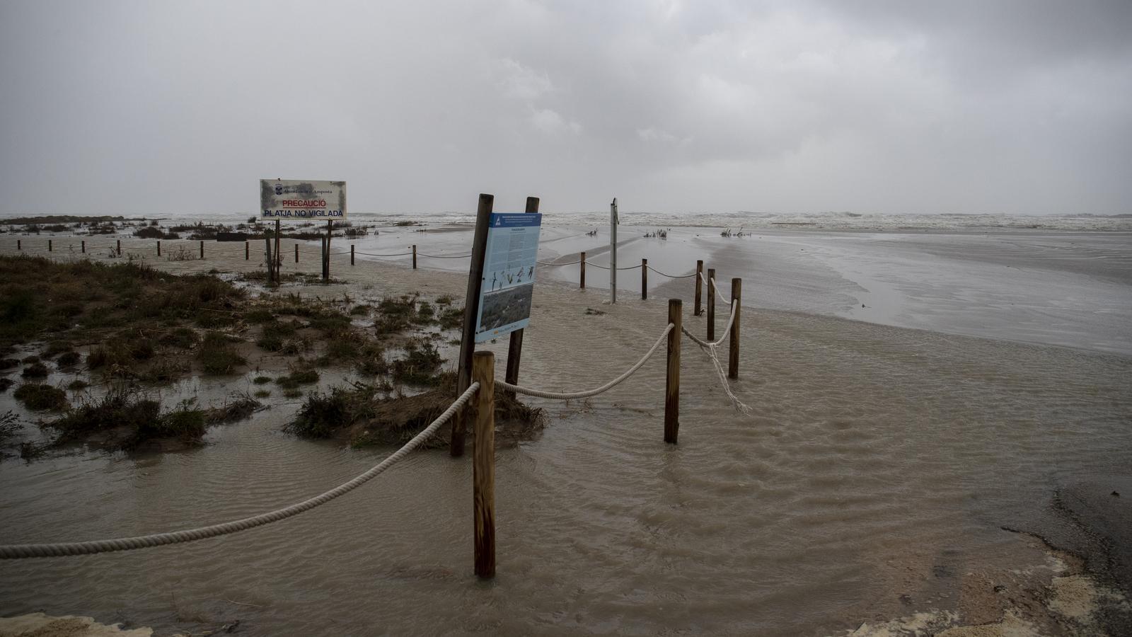 Imatge del delta de l'Ebre inundat per la llevantada