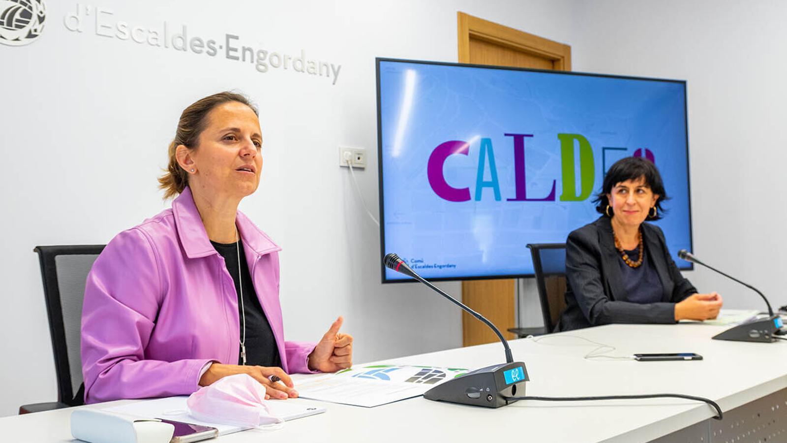 La cònsol major d'Escaldes-Engordany, Rosa Gili, i la responsable de projectes estratègics del comú, Montserrat Martell, durant la presentació d'un dels darrers actes culturals. / COMÚ D'ESCALDES-ENGORDANY