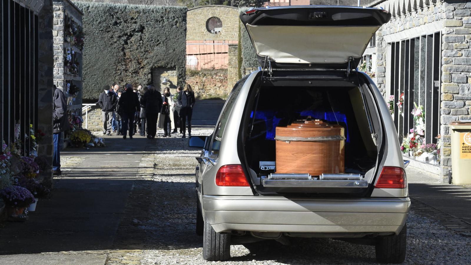 Al cementiri de Tremp van fer enterraments l'un darrere l'altre durant els dies més difícils del brot a la residència del municipi.