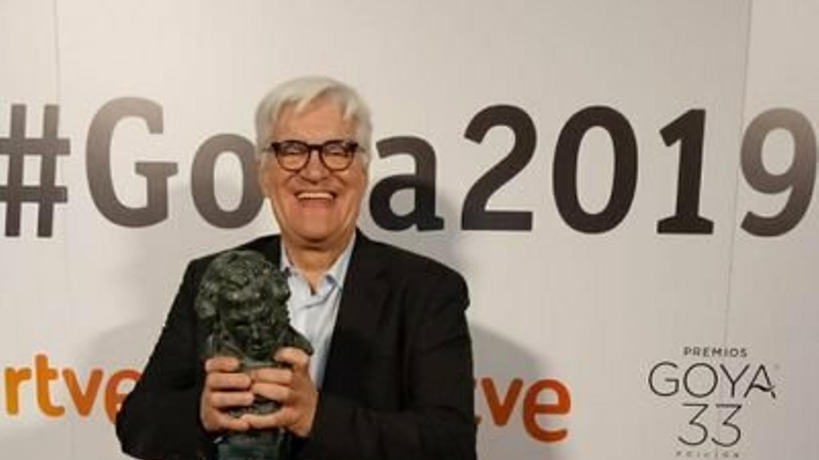 """Chato Galante recollint el Goya que va obtenir el documental """"El silencio de los otros"""""""
