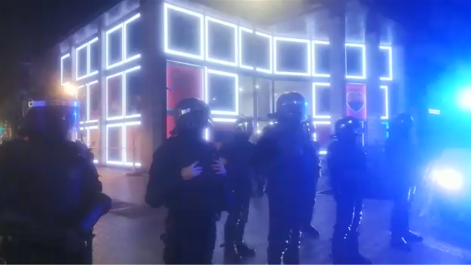 Els manifestants s'han situat davant el cordó dels Mossos que hi ha al carrer Balmes, a la seu de Cs. Càntics de Els Mossos també són forces d'ocupació i Buch dimissió. La pancarta que encapçala la concentració porta el lema de Castanyada contra Espanya