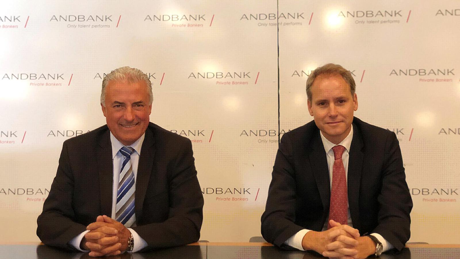 El sotsdirector general de Banca País d'Andbank, Josep Maria Cabanes i l'economista en cap de l'entitat, Álex Fusté després de la presentació de l'Andbank Wealth. / ANDBANK