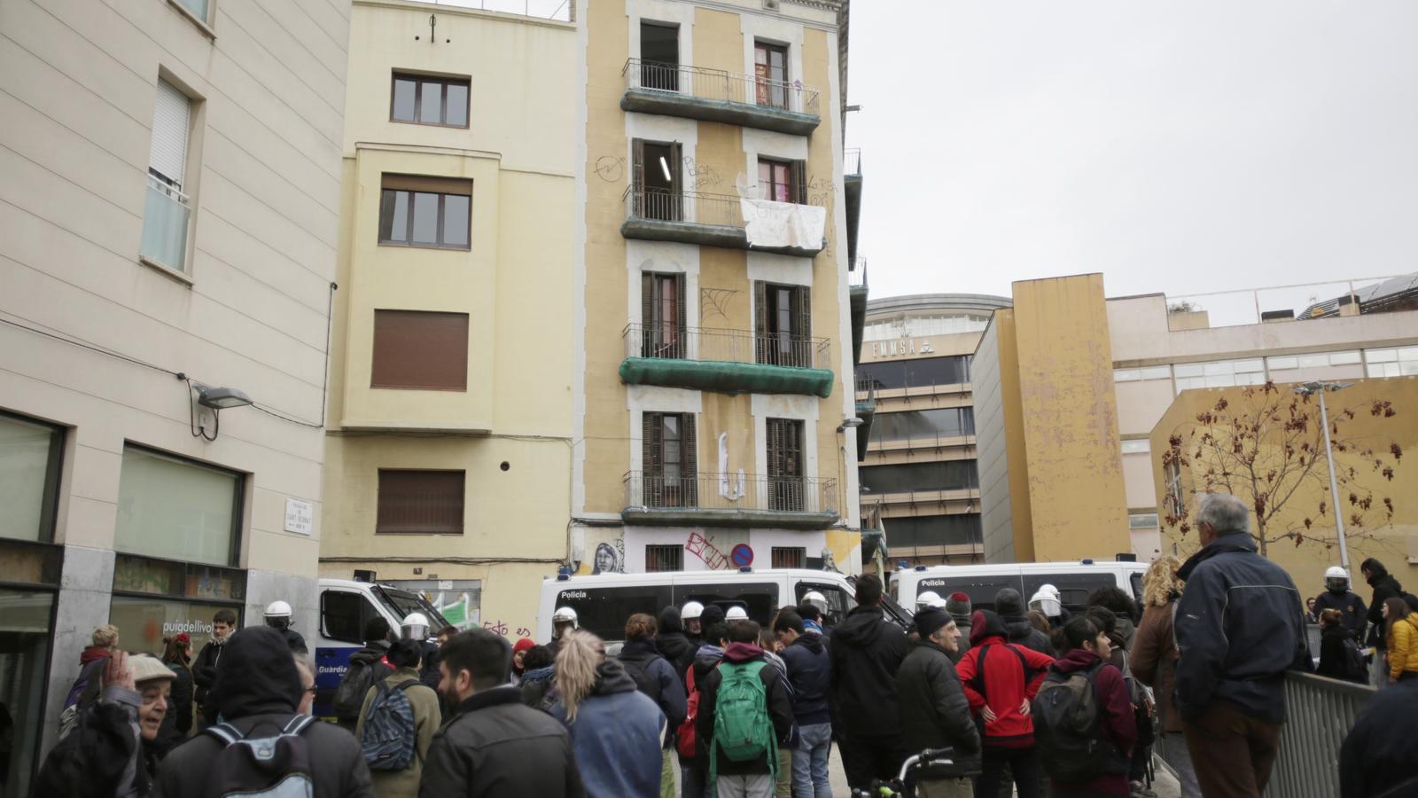 Colau posa fi a l'ocupació d'un edifici municipal al Raval per motius de seguretat