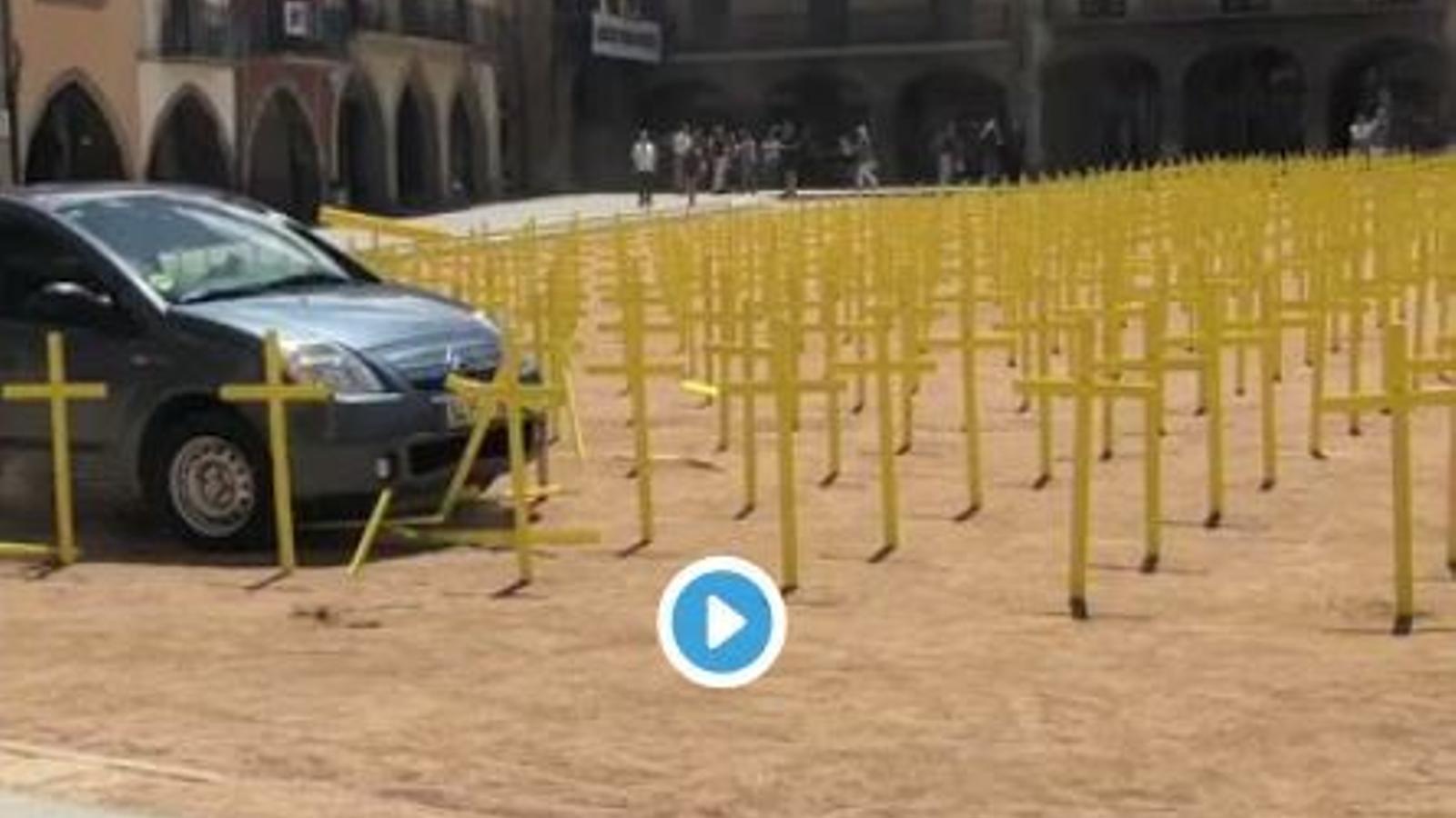 Un cotxe entra a tota velocitat a la plaça Major de Vic i envesteix les creus grogues en solidaritat amb els polítics presos i a l'exili