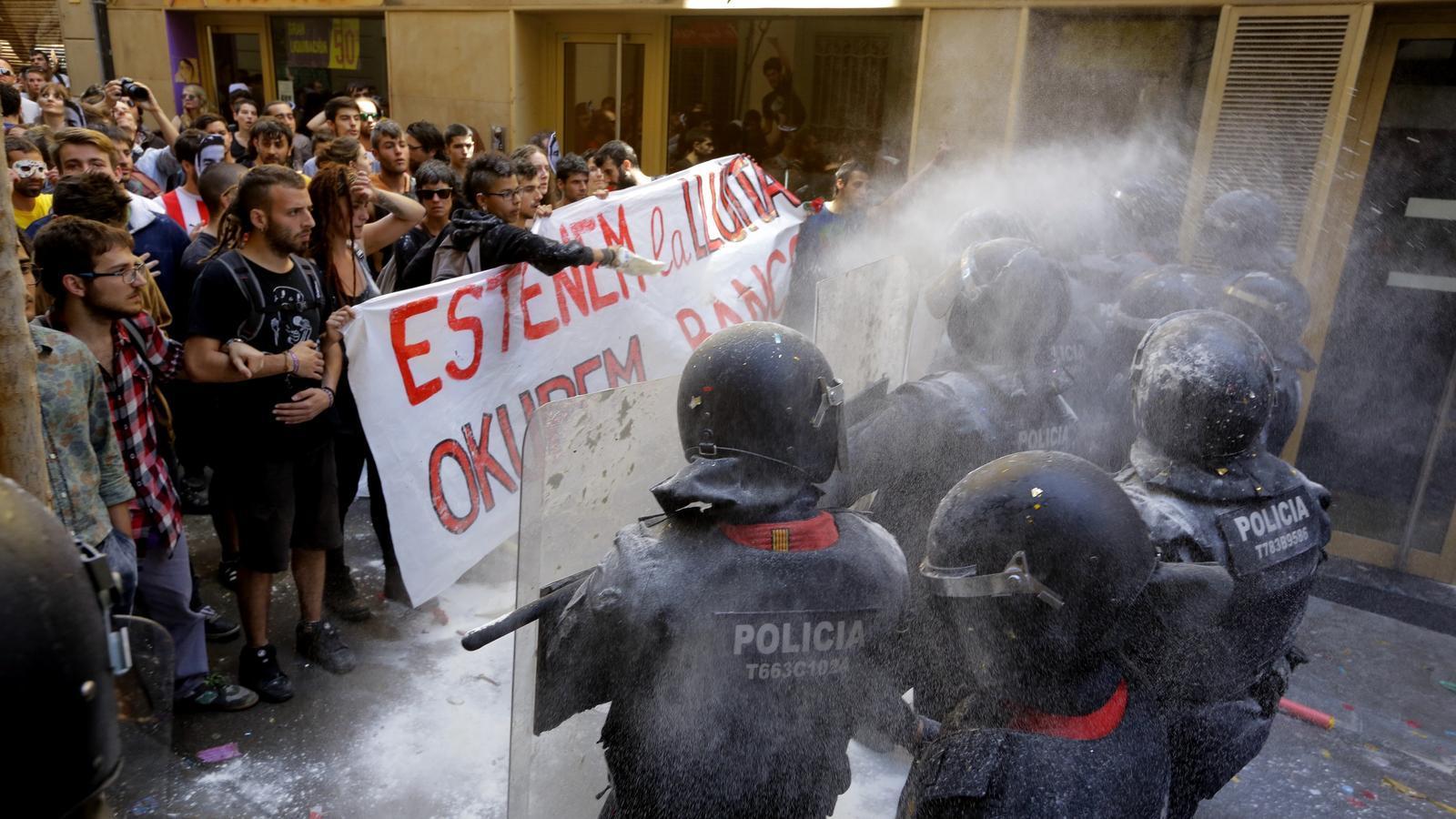 Mossos i manifestants, cara a cara, aquest diumenge a Gràcia