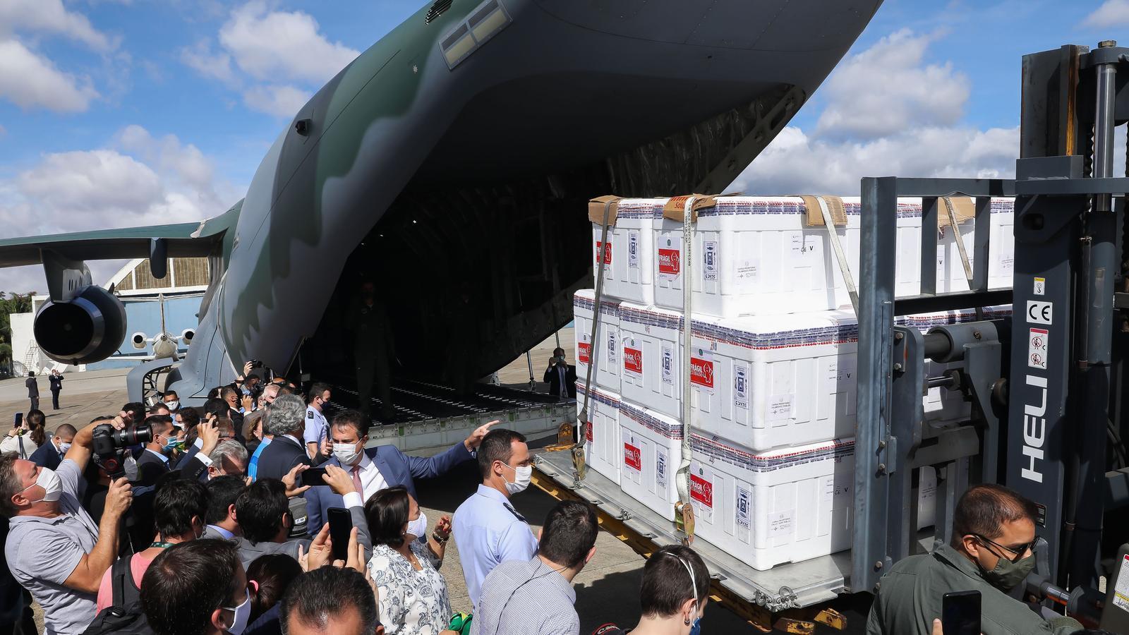 Sis milions de dosis de la vacuna xinesa de Sinovac han arribat aquest dilluns a l'aeroport de Sao Paulo, la capital econòmica del Brasil