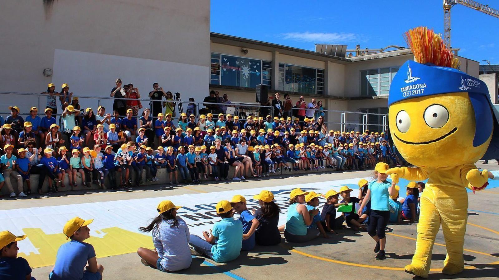 Un moment  de la visita  del Tarracvs  a l'Escola Saavedra.