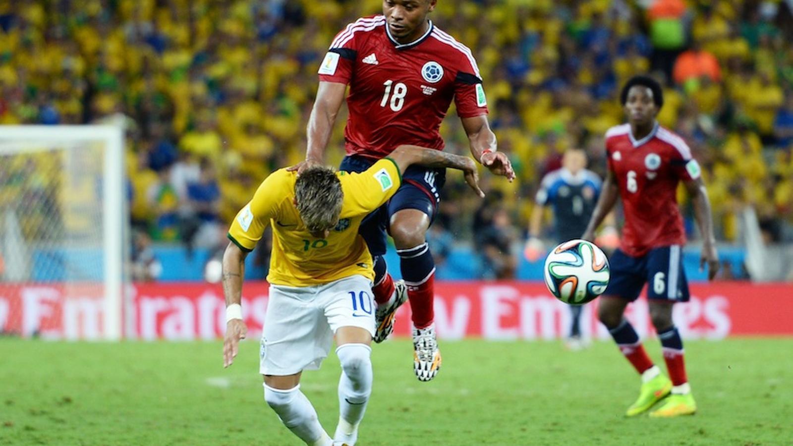 El colombià Zúñiga salta amb el genoll per davant i colpeja la zona lumbar de Neymar