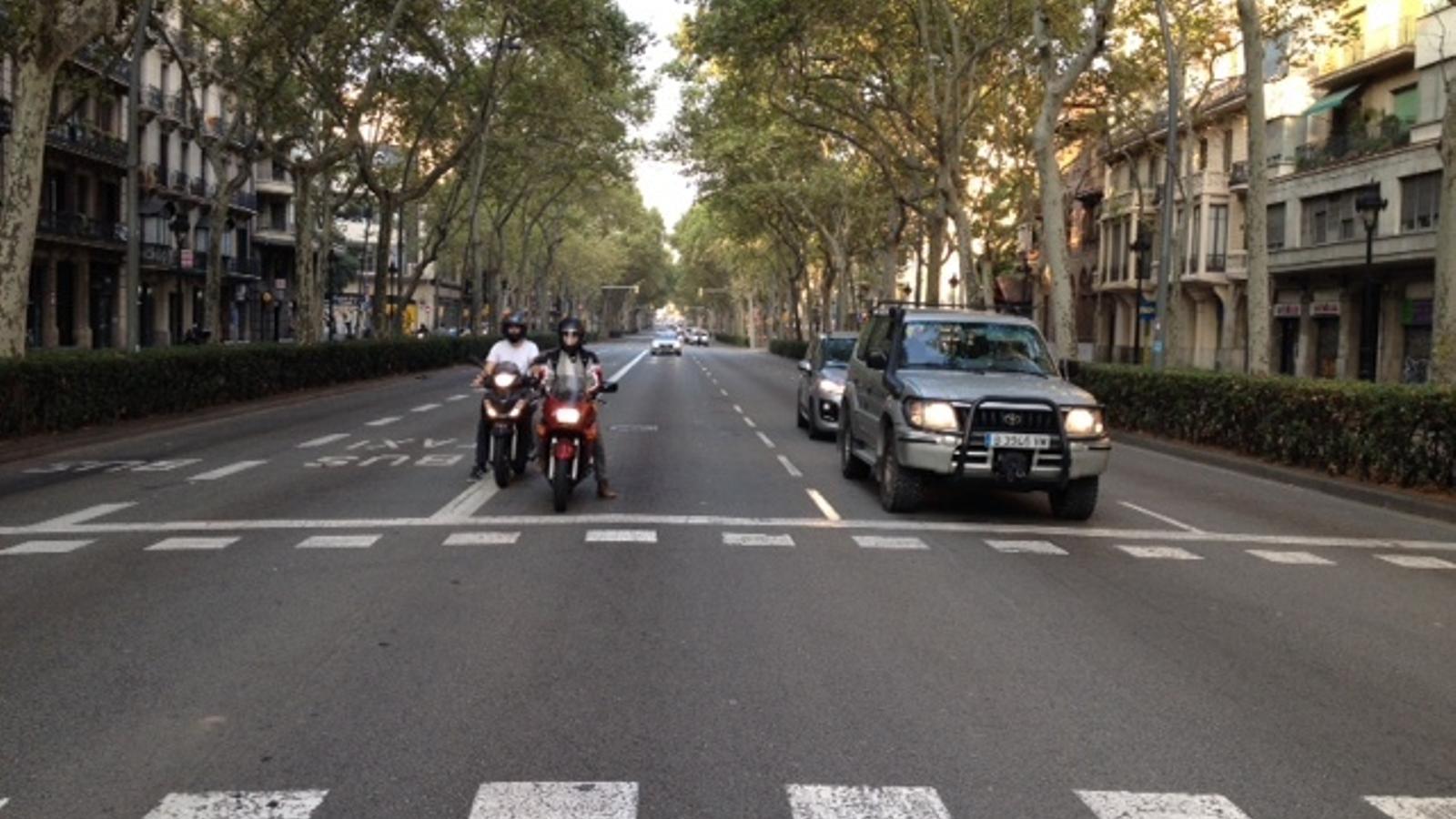 Vehicles circulant per la Gran Via aquest matí, després que ahir marxessin els taxis que l'havien ocupat durant una setmana