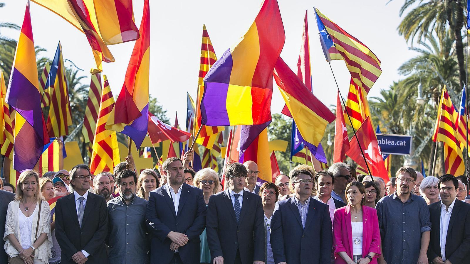 Partits i entitats es van reunir per donar suport a Joan Josep Nuet davant les portes  del TSJC.