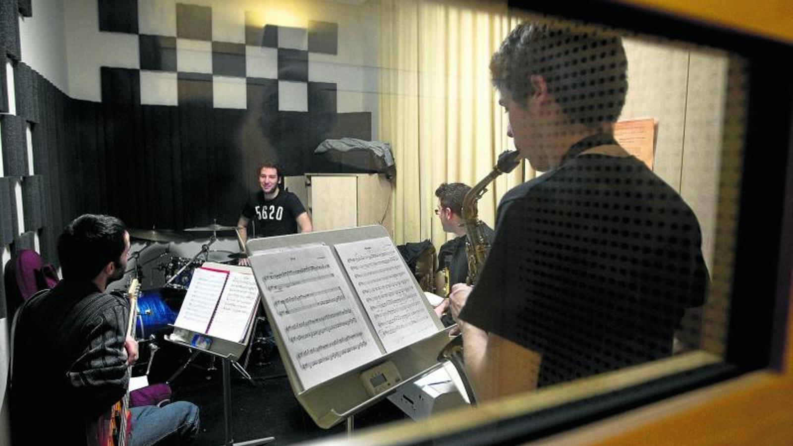 L'HORA DE TOCAR-LA  L'ARA organitzarà amb l'Esmuc un concurs de cançons per descobrir nous talents. Els lectors del diari podran triar les seves preferides.