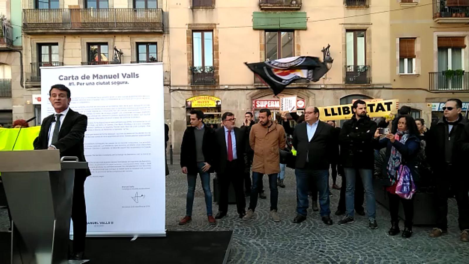 Xiulen Miquel Valls al Raval mentre intenta presentar la seva candidatura