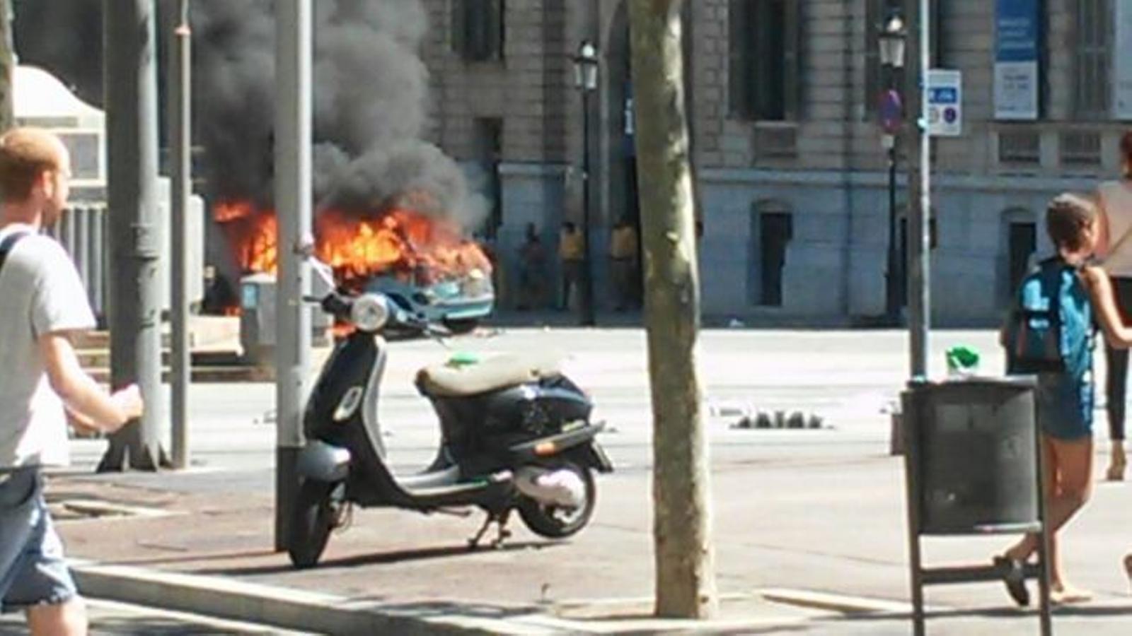 Espectacular inendi d'un cotxe al Passeig de Gràcia