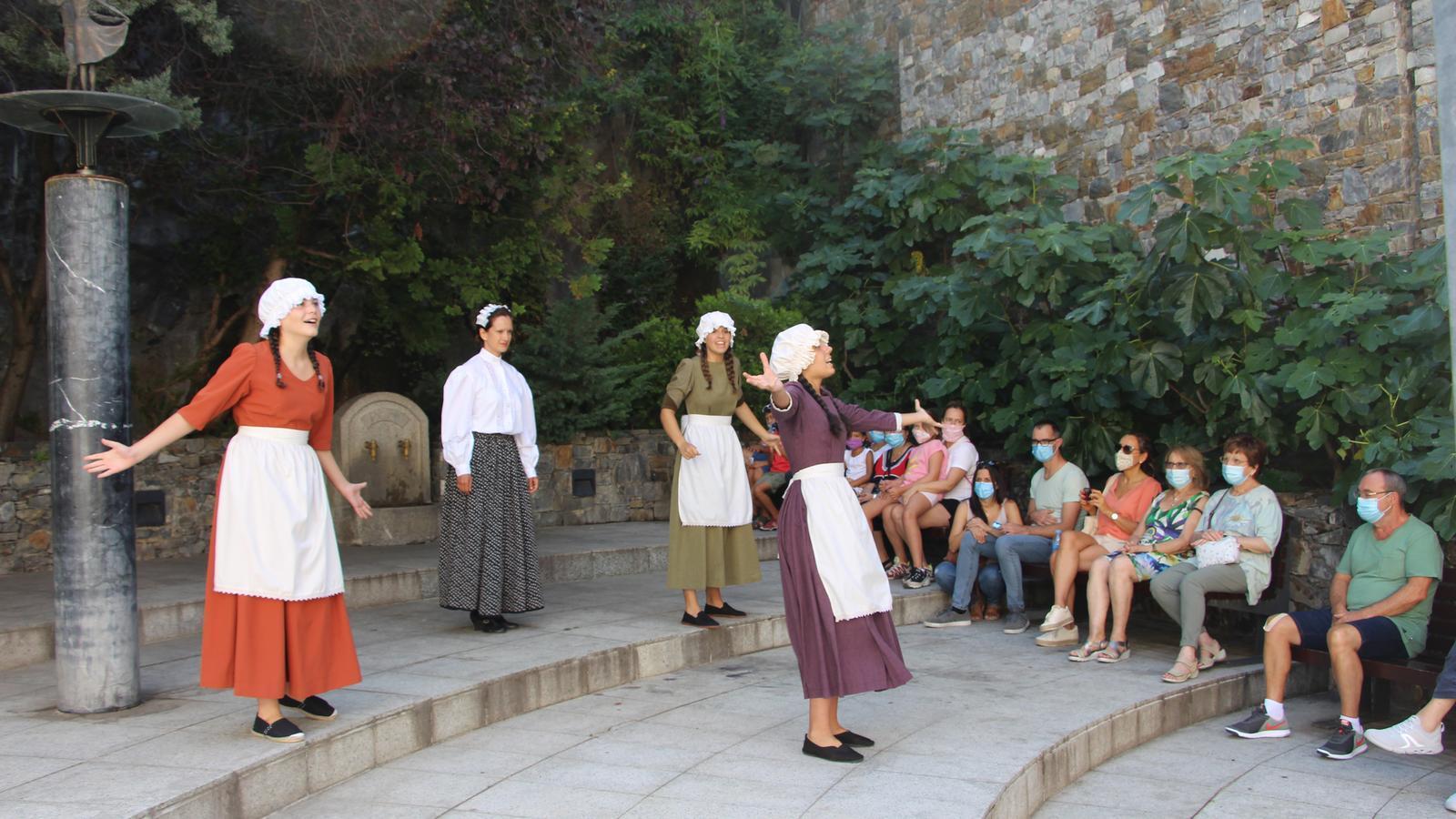 Inici de l'espectacle 'Turistes i Banyistes' a la plaça de l'Esbart Santa Anna a Escaldes-Engordany. / A. S. (ANA)
