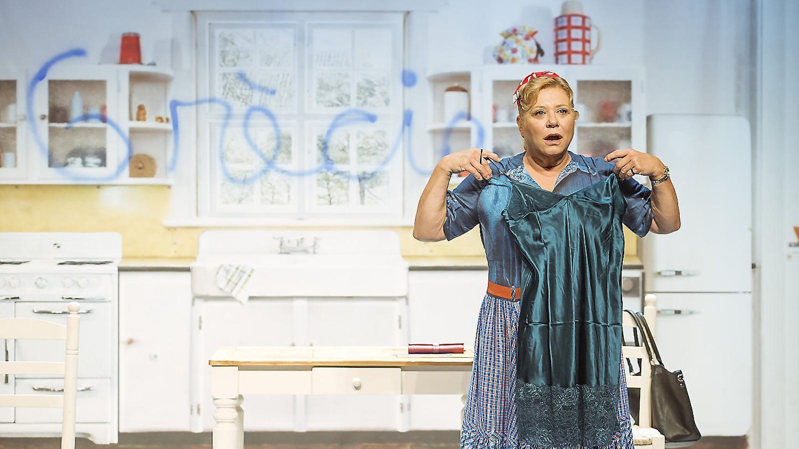 Mercè Arànega en una escena de Shirley Valentine al Teatre Goya.