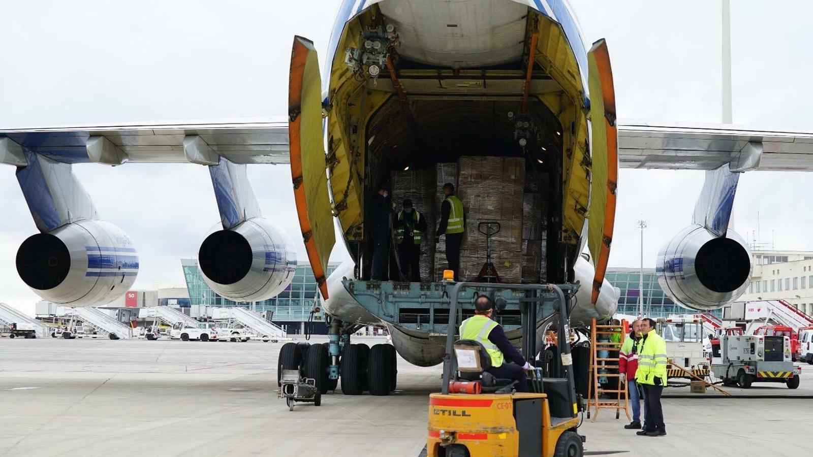 Un dels avions amb material sanitari que ha arribat a les Balears durant la pandèmia